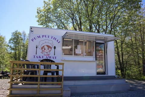 I nærheten av den populære badeplassen ved Foss Eikeland har denne matvogna etablert seg.