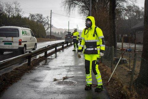 SIKKERHET: Grunnet potensielt farlige gasser, bruker Gerald Eikeland gassmaske og annet beskyttelsesutstyr under måling. Bak står Otto Solheim.