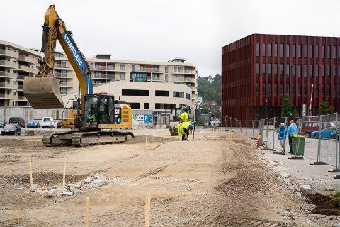 Arbeidet med ny parkeringsplass i sentrum er i gang.