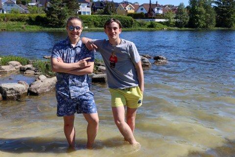 Vokalist i The FourS Kristoffer Skjæveland (15) og klassekameraten Johannes Rødland (16) er snart klare for å bade i Stokkalandsvatnet på Ganddal.