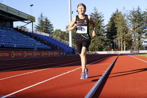 REKORD: Ingen i Norge klarer å løpe 3000 meter like fort som Nina. Hun konkurrerer i veteranklassen, 60-64 år.