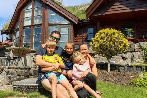 Samuel (8), Peter (39), Kaia (10), Pia (3) og Marita (37) har en kort tur fra hjemmet på Sandved til hytta i Hogstadvika.