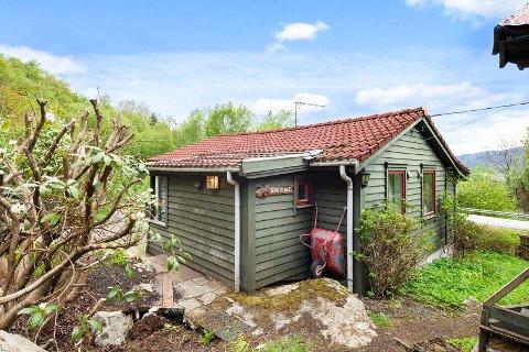 STOR INTERESSE: Prisen på denne hytta i Lauvvikveien er under en en halv million kroner, men kjøper må regne med en totalrenovering.