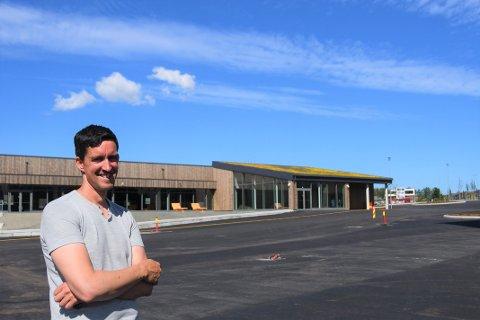 Prosjektleder Morten Braut viser stolt frem barneskolen.