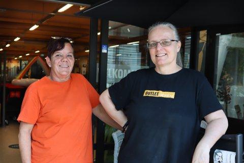Anita Dagestad og Charlotte Alfredsen smiler til kundene på Brueland.
