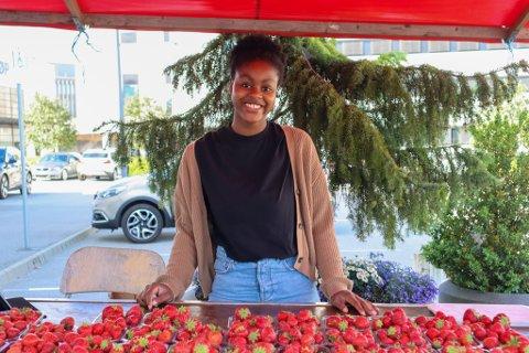 Esther (17) fra Sandnes selger de populære Fisterbærene utenfor maxi storsenter.