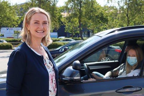 Eier av Olavs Trafikkskole Louvise Hagland gir gode råd rundt øvelseskjøring. I bilen sitter kjørelærer Erik Østgård og Live Mathea Hagland illustrerer som elev.