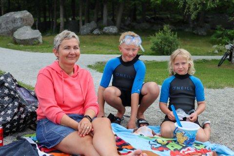 Kirsten Nilsen (45), Simen Norland (9) og Tiril Norland (7) nyter en feriedag hjemme i Sandnes før de skal av gårde på bilferie i Norge.