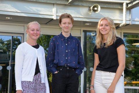 Thea Helene Dønnestad (16), Live Mølstrevold (16) og Lilli berge Myhr (16) har sin første skoledag ved Sandnes videregående skole. De er glade for at skolen kan drive på grønt nivå ved skolestart.