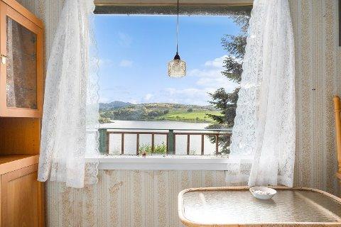 Denne utsikten kan bli din. Den lille hytta ved Alsvik ligger ute for salg.