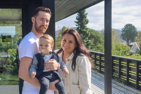 Leon (30), Axel (1) og Madeline (28) Kverne er på boligjakt og har vært på mange visninger det siste halvåret.
