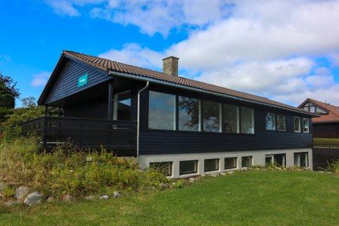 I Oplalveien på Sandved ligger det en stor og ettertraktet enebolig for salg.