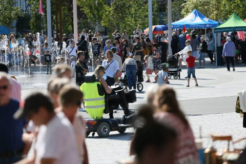 FOLKSOMT: Matfestival og bruktmarked, kombinert med flott vær, gjorde at det i helgen ble svært folksomt på Ruten og i området rundt.