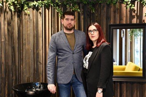 SELGER: Goran og Sanja Stevanovic åpnet i mars en ny frisørsalong i Langgata. Nå selger de virksomheten.