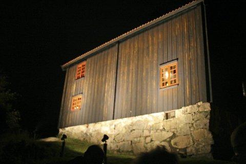 LANDEMERKE: Lyskasterne på østveggen av Grålumstua ble slått på under en høytidelig seremoni torsdag. Foto: Eline Rildå