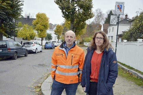 BOLIGSONE:   Emilie Cosson-Eide og Trond Fjelldal informerte for to år siden om at  kun biler med parkeringstillatelse kan  stå i boliggatene i Kulås øst.