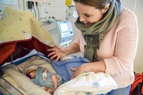 På flyttefot: Max Phillip sover godt på nyfødt intensiv ved sykehuset på Kalnes, og mamma Anne-Guro Hovind er lettet over turen fra Fredrikstad gikk fint.foto: trine bakke eidissen