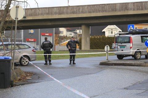 Det er mye politi på Greåker, etter et væpnet ran av bedriften superkul.no.