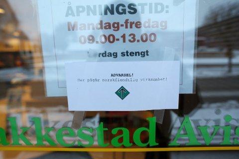 SPERRET: Naziorganisasjonen Norfront sperret av inngangen til Rakkestad Avis mandag morgen.