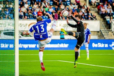 INNTEKTSSPRIK: Her er Ole Christoffer Heieren  i duell med Mike Lindemann Jensen under cupfinalen i fjor. JEnsen tjente nesten 2,5 millioner mer enn Hansen i fjor.