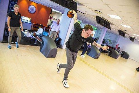 BOWLING: Simon Feldt ved Førtito Bar & Bowling er klar for årets vinterferie. Er vil det være mulig å ta noen runder bowling og shuffelboard.