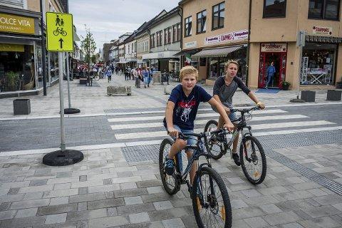 SYKLING I GÅGATA: Ole Henrik Bråthen Sand og Markus Andersen stilte opp på bildet i Sarpsborg Arbeiderblad i 2015 da sykleforbudet i gågata ble opphevet. Nå tyder alt på at det fortsatt vil bli lov å sykle i gågata.