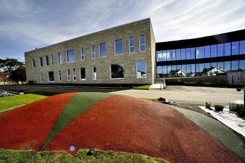 En tredjeklassing ved Sandesundsveien barneskole fikk mandag ettermiddag påvist koronasmitte. 22 andre elever og fem ansatte må nå i karantene i 10 dager.