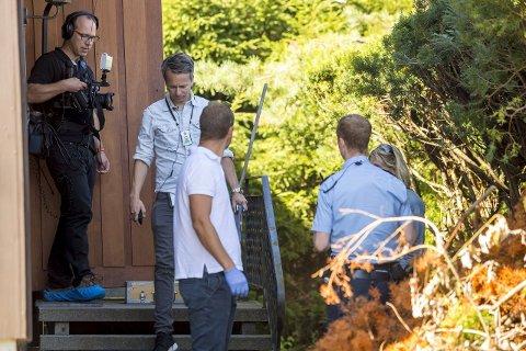 ÅSTEDET: Politiet gjennomførte i går en rekonstruksjon på stedet der en 72 år gammel kvinne ble skutt og drept i sitt eget hjem på Bjørnstad i mars i år. Hennes 80 år gamle ektemann gjennom nesten 50 år er siktet for å ha drept henne.BEGGE FOTO: TOBIAS NORDLI