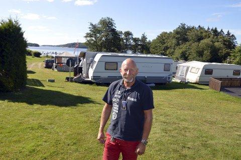 PERLE: Daglig leder Olav Eriksen mener Revebukta er en perle. Alle de 72 faste plassene til campingvogner er leid ut.                                          foto: Terje Andresen