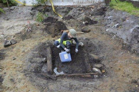 Brønn: Her er prosjektleder og arkeolog Nora Fronth Furan i ferd med å utforske brønnen som er funnet på Borgarsyssel.  Foto: Christine Haugsten ellefsen, Østfoldmuseene