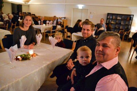 GODE VENNER: Tarik Ali Hassan hadde invitert  Martine Nomell Strøm og Sigfred Nomell Havdal og deres barn Amalie og Eimund til festen fredag kveld. Han leier leilighet i huset til ekteparet og har blitt som et familiemedlem.
