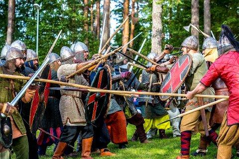 Vikingkamp: Kampshow fascinerte både små og store i Landeparken under Olavsfestivalen i 2015. Nå reddes festivalen, som sto i fare for å bli lagt ned.