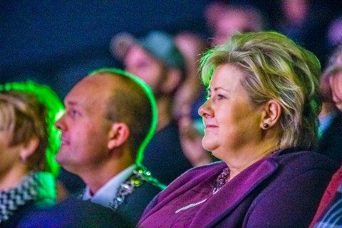 Ordfører Sindre Martinsen-Evje og statsminister Erna Solberg storkoste seg fra sine plasser på andre rad på Sarpsborg Scene under forestillingen i kveld.