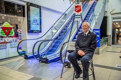 UNIFORM: Hans Rune Hartløfsen (68) har sittet grytevakt i en årrekke. Julen blir ikke den samme uten, mener han.