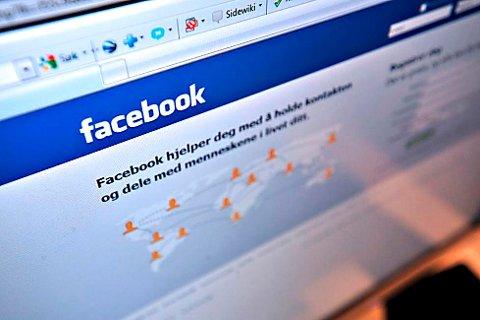 En 43 år gammel Sarpsborg-kvinne er tiltalt for å ha krenket datterens fosterforeldre på sin Facebook-side.