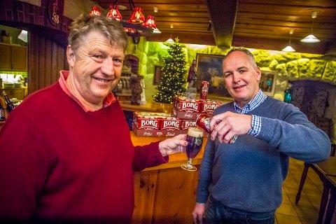 BEST: Bryggerimester Åge Willy Olsen (t.v.) og fabrikksjef Morten Brostrøm (t.h.) ved Hansa Borg Bryggeri mener det er en tillitserklæring å få terningkast seks av Dagbladet.