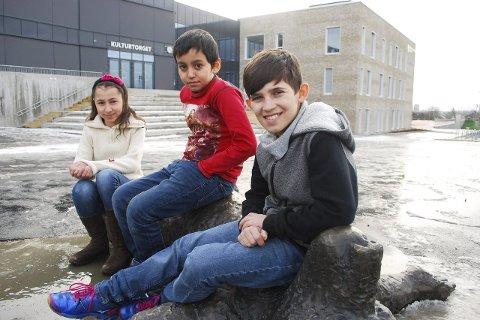 ENDELIG SKOLE: Salma Almalt, Kawa Babai og Hemn Alisse er veldig glade for at de endelig skal få gå på skole igjen. foto: sivert bakke eidissen