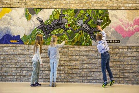 Utforsker: Elevene tar en nærmere kikk på kunstverket til Kristin Sæterdal etter kunstmarkeringen fredag formiddag.