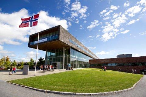 STUDIER: Høgskolen i Østfold har over 7.000 studenter fordelt på lokalene i Halden (avbildet) og Fredrikstad.
