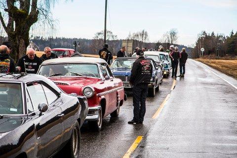 Pit stop: Det ble flere stopp underveis, i løpet av årests utgave av påskecruisngen arrangert av Detroit Cars. Her samler vi opp bilene på sletta etter Solli Kirke.