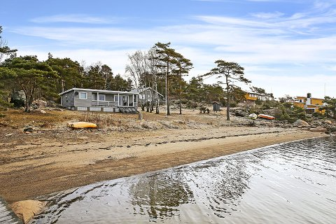 SMÅBARNSFAMILIER: Hytta er perfekt for familier med små barn, siden eiendommen har egen strandlinje, mener megler Frode Eriksen.
