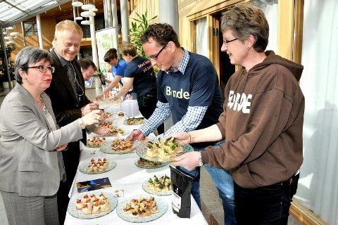 FROKOST: Fylkespolitikerne Monica Carmen Gåsvatn (Høyre) og Edvard Grimstad (Sp) prøvesmaker Østfoldmat til frokost servert av Martha Mjølnerød. leder i Østfold Bondelag, og Ole-Kristian Bergerud - leder i Sarpsborg Bondelag.