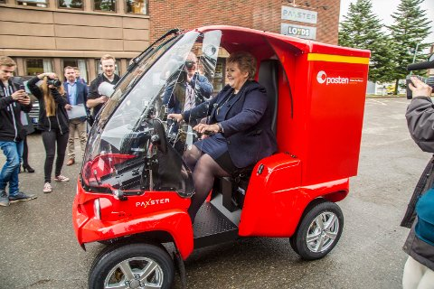 PRØVEKJØRTE: Statsminister Erna Solberg fikk prøvekjøre postbilen Paxster da hun åpnet den nye linja som postbilen produseres på.