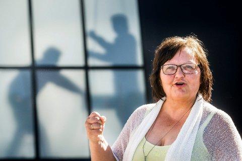 GIR IKKE OPP: Utdanningsforbundet og Betty Solli vil fortsatt kjempe for at elevtallet på service/samferdsel, helse/oppvekstfag og desgin/hånverk ikke blir økt fra 15 til 20 i hver klasse, selv om politikerne er enige om at det skal gjøres.