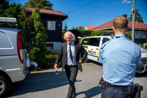 81-åringens forsvarer, advokat Harald Otterstad, la i dag ned påstand om at hans klient må frifinnes for forsettlig drap på sin kone i parets hjem på Bjørnstad i mars i fjor. Her er han avbildet i forbindelse med rekonstruksjonen av drapet i fjor.