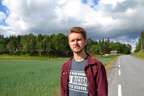 BEKYMRET: Freddy Andrè Øvstegård i Sosialistisk ungdom er kritisk til at det ikke er noe offentlig transporttilbud forbi asylmottaket på Kolstad i sommer.