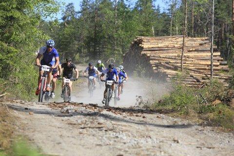 Her ser vi noen av syklistene i Hennesrittet i området ved Børtevann. (Foto: Tobias Nordli)