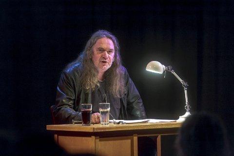RØPET PLANER: Foran mange Gleng-publikummere i fjor fortalte Ingvar Ambjørnsen om Ellings bloggplaner.foto: Tobias Nordli