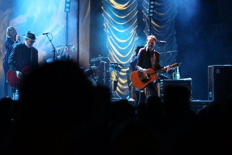 Klokken 22.40 fredag kveld gikk CC Cowboys, anført av vokalist og gitarist Magnus Grønneberg, på scenen i Kulåsparken. Da kokte det skikkelig i amfiet. (Foto: Tobias Nordli)