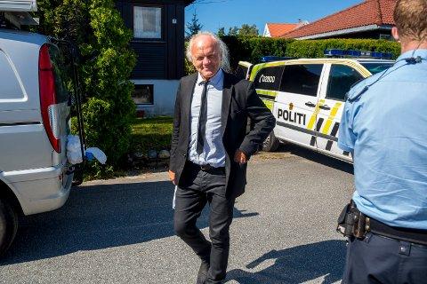 Advokat Harald Otterstad ber ledelsen ved Halden fengsel om å overføre han drapsdømte klient (81) til et pleie- og sykehjem. Her er forsvareren avbildet i forbindelse med rekonstruksjon av drapet som skjedde i mars 2015.